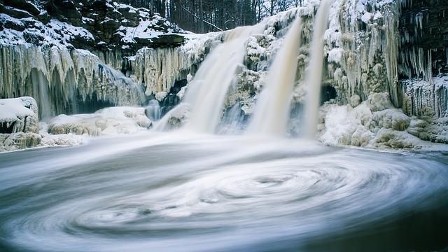 lesní řeka v zimě